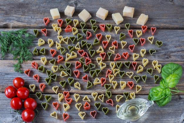 Macarrão em forma de coração, tomate, manjericão, azeite, endro, queijo