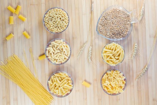 Macarrão em placas de vidro. vermicelli. grãos de trigo. espiguetas de trigo. postura plana