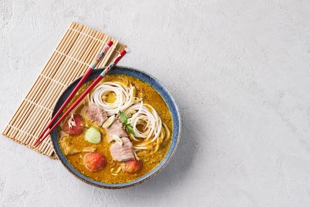 Macarrão espaço com curry verde