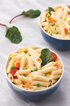Macarrão espaço com legumes e queijo