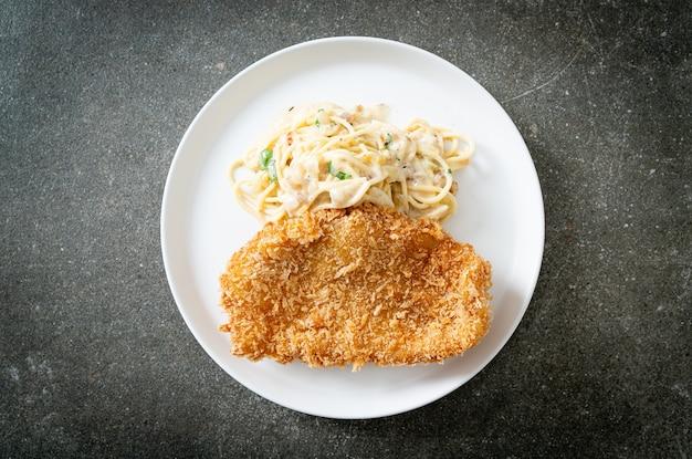 Macarrão espaguete caseiro com molho de creme branco com peixe frito