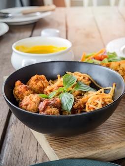 Macarrão espaguete com almôndegas e molho de tomate