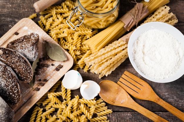 Macarrão espaguete com farinha, ovo
