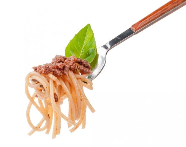 Macarrão espaguete com molho à bolonhesa em um garfo