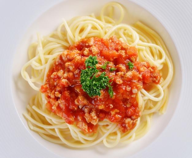 Macarrão espaguete com molho de tomate.