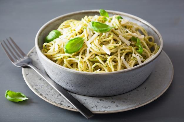 Macarrão espaguete com molho pesto de manjericão abacate
