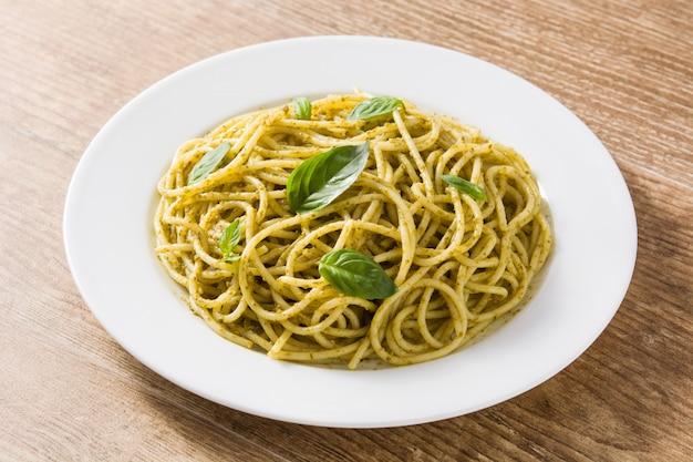Macarrão espaguete com molho pesto na mesa de madeira