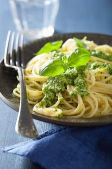 Macarrão espaguete com molho pesto sobre azul