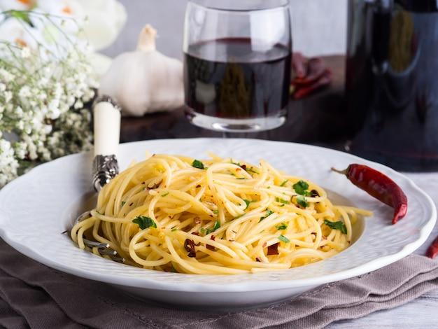 Macarrão espaguete com pimenta vermelha, alho, azeite