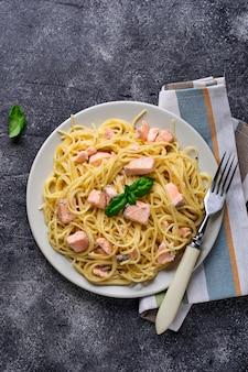 Macarrão espaguete com salmão e manjericão