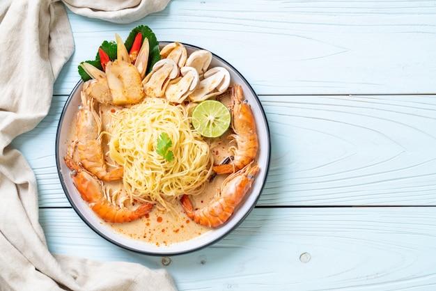 Macarrão espaguete de camarão picante (tom yum goong)