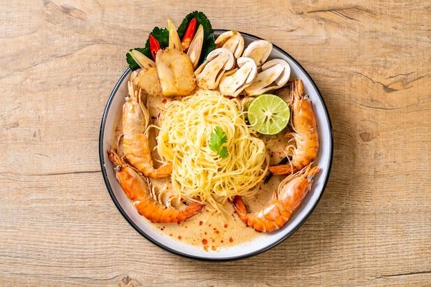 Macarrão espaguete de camarão picante