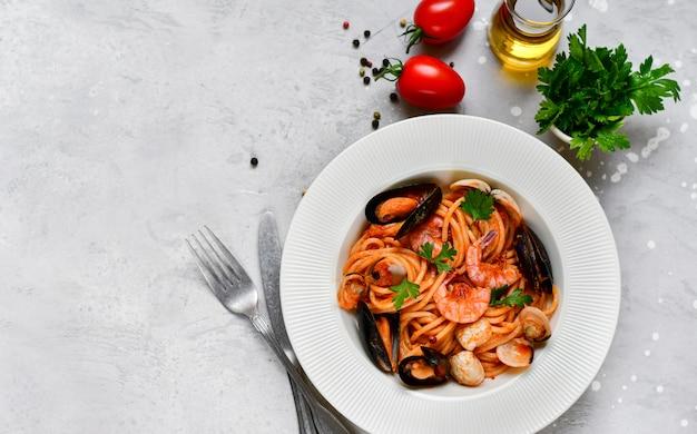 Macarrão espaguete de frutos do mar com amêijoas e camarão com mexilhões