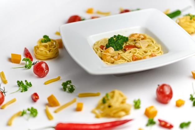 Macarrão espaguete de frutos do mar com camarão e tomate vista superior no fundo branco