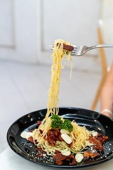 Macarrão espaguete de trufas com bacon