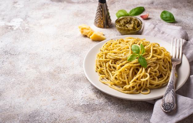 Macarrão espaguete italiano com molho pesto