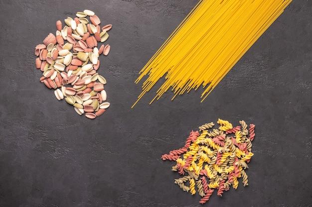 Macarrão espaguete multicolorido Foto Premium