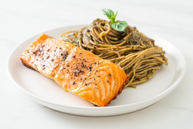 Macarrão espaguete pesto caseiro com salmão grelhado - comida italiana