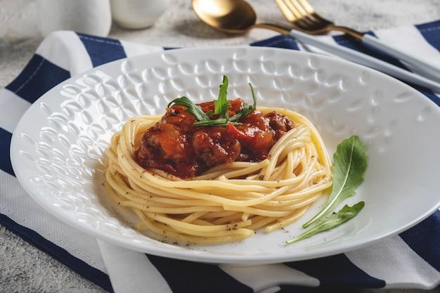 Macarrão esparguete à bolonhesa com molho de tomate