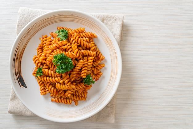 Macarrão espiral ou espirituoso com molho de tomate e salsa - comida italiana