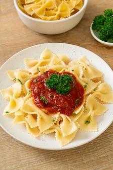 Macarrão farfalle ao molho de tomate com salsa - comida italiana