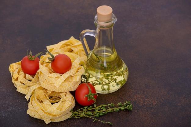 Macarrão fettuccine com óleo de garrafa e tomate fresco