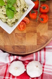 Macarrão fettuccine com tomate, alho e guardanapo