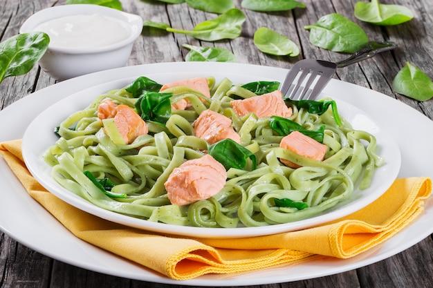 Macarrão fettuccine de salmão e espinafre em um prato