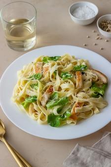 Macarrão fetuccini alfredo italiano com frango. cozinha nacional. alimentação saudável.