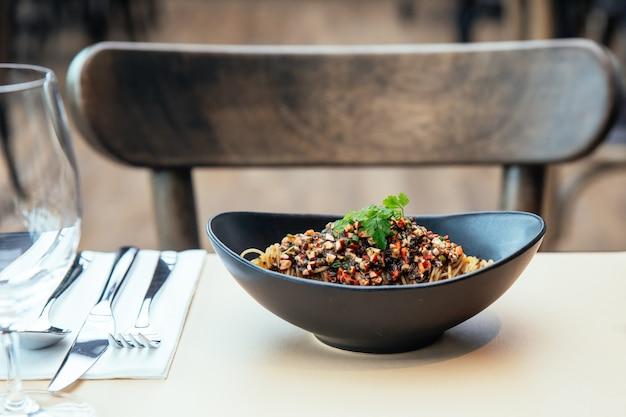 Macarrão frio capellini com alga hikiji, lagosta gelada e essência de trufas.