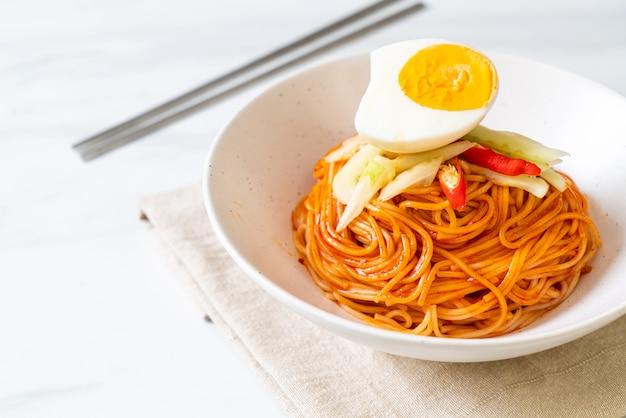 Macarrão frio coreano com ovo