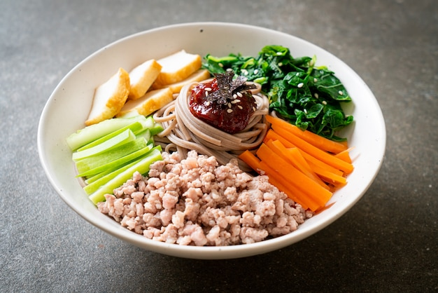 Macarrão frio picante coreano - bibim makguksu ou bibim guksu - comida coreana