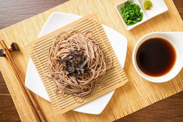 Macarrão frio soba trigo sarraceno ou ramen zaru