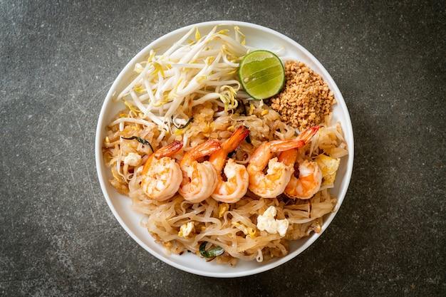 Macarrão frito com camarão e couve ou pad thai - comida asiática