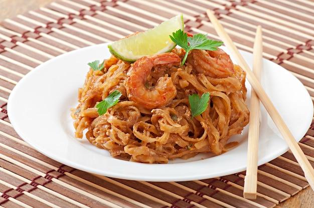 Macarrão frito com camarão e legumes