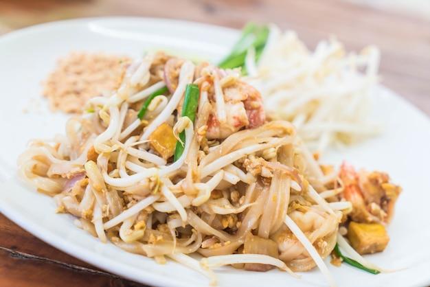 Macarrão frito com camarão ou camarão pad thai