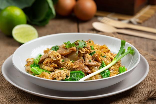 Macarrão frito com carne de porco ao molho de soja e vegetais