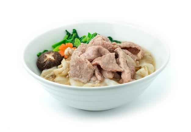 Macarrão frito com carne de porco e couve embebido em molho
