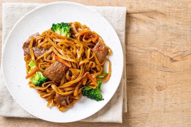 Macarrão frito com carne de porco e vegetais