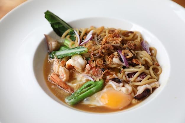 Macarrão frito com molho de soja, comida asiática hokkien mee