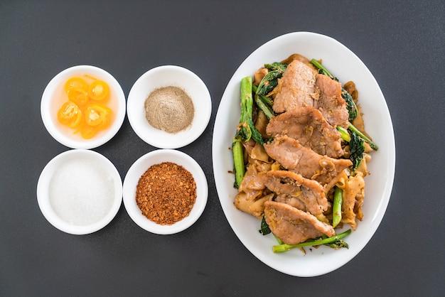 Macarrão frito com molho de soja e carne de porco