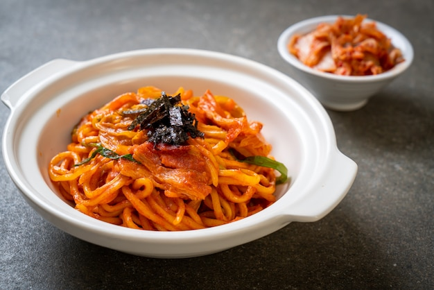 Macarrão frito com molho picante coreano e vegetais