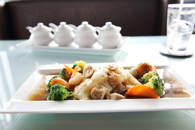 Macarrão frito de hong kong com frutos do mar