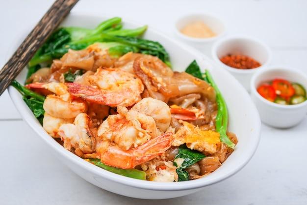 Macarrão frito em molho doce de soja com camarão (pad see-ew)