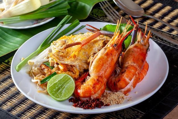Macarrão frito tailandês com camarão (pad thai)