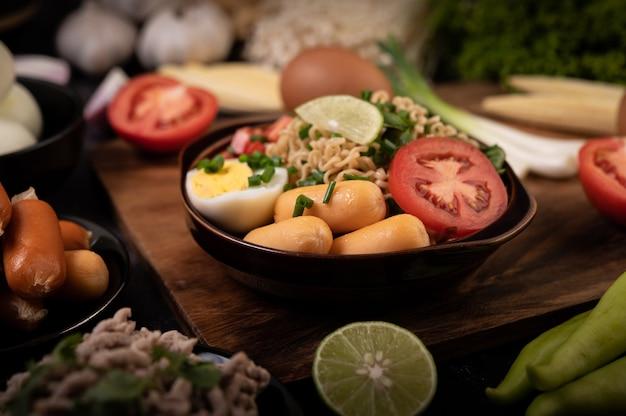 Macarrão instantâneo com carne de porco picada, limão, cebola, ervilha, cogumelo dourado e milho bebê