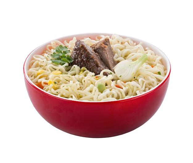 Macarrão instantâneo com carne em uma tigela vermelha, isolada. para cortar. comida rápida
