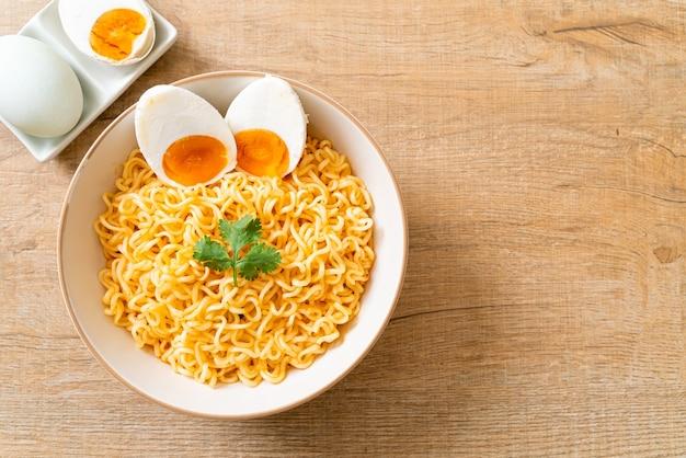 Macarrão instantâneo com ovo salgado