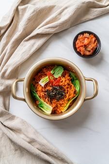 Macarrão instantâneo coreano com vegetais e kimchi
