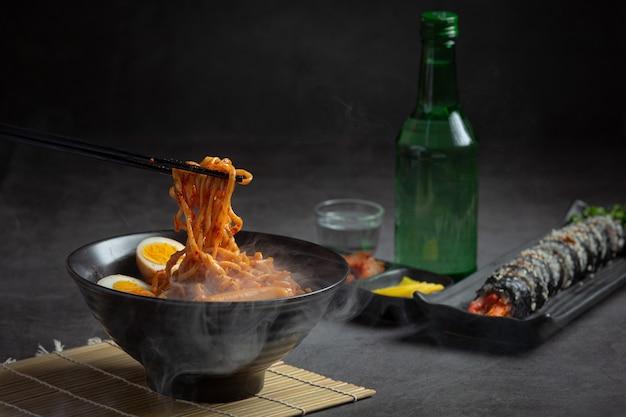 Macarrão instantâneo coreano e tteokbokki em molho picante coreano, comida antiga